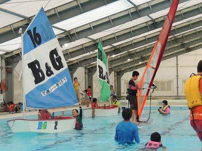 この日ばかりは、スイマーではなくヨットやウィンドサーフィンがプールを賑わせました