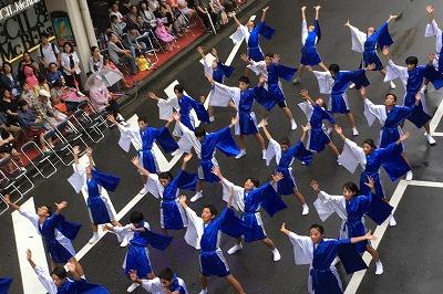 地元中学校の参加チーム。約80名の中学生が統一のとれた踊りで練り歩きました
