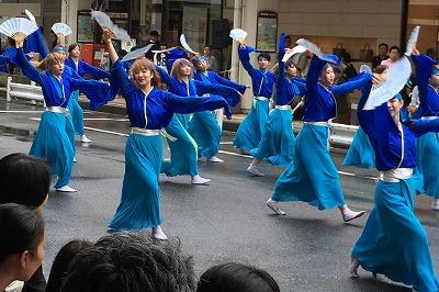 新潟にある国際トータルファッション専門学校の学生チーム。女性中心の艶やかなよさこいでした