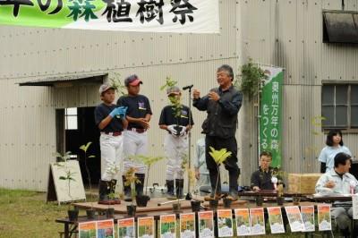 前沢小6年生の佐藤陽斗君(左2番目)「苗が、ちゃんと育ってよかった。立派な大きな木になってほしい」 奥州市前沢B&G海洋センター及川浩行所長(右)