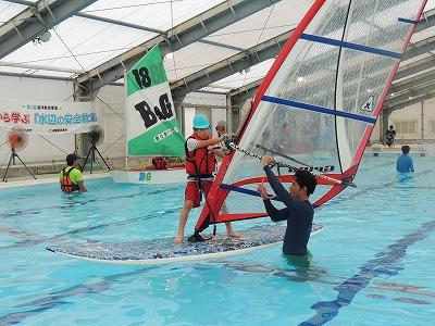 水深を浅くすると指導しやすくなるうえ、上屋付きプールの場合は天井の高さも確保できます