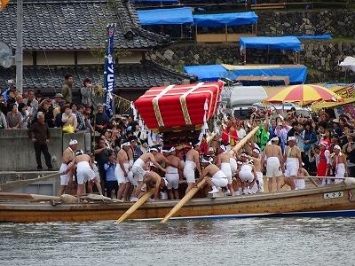 海を渡って宮の浜に着いた大きな太鼓台。60人掛かりで船から降ろします