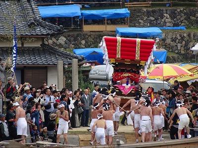勇壮な男衆によって「皇子丸」から降ろされた太鼓台は、野天桟敷のある馬場へ向かいます