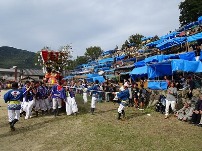 右手に見える石段の「池田桟敷」に集まった大観衆。世界一の「野天桟敷」であると言われています