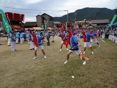 祭りの最後に行われる「大練り」。地区の若者が奴踊りを披露します