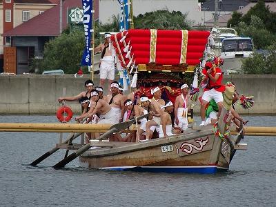 「ナガセ」を歌い、「采」を振って踊りながら海を渡る「皇子丸」。1979年に復活した伝統行事は現在も続けられています