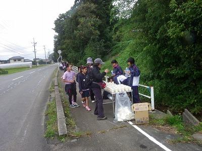コースの途中に設けられた給水所では地元の中学生が手伝ってくれ、参加者の皆さんに声援を送っていました