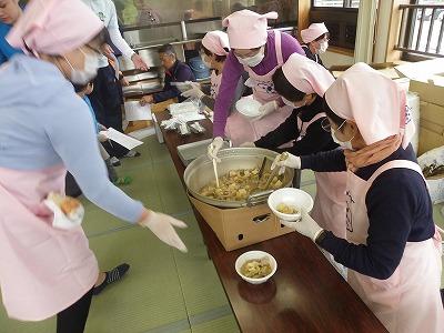 ゴールの後は、昼食に庄内風芋煮(豚肉+味噌味)とおにぎりが振舞われました