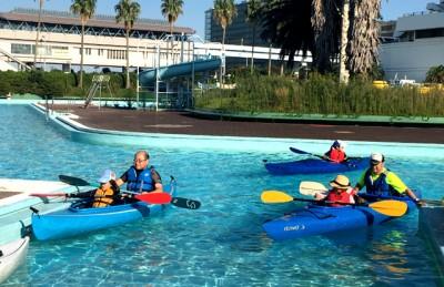 歓声をあげながらB&G杉並海洋クラブのお父さんとカヌーを楽しむ子供たち