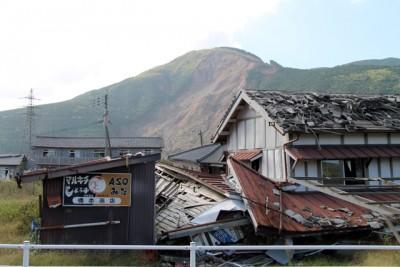 1階部分が押しつぶされた南阿蘇村の家屋(2016年10月)。地震発生から数ヵ月が経過していますが、現地では苦しい状況が続いています