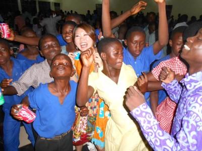 ろう学校では音のないダンスパーティーを企画。会場は大いに盛り上がりました