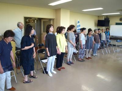 講師が声の出し方を説明しています。普段の歌い方とは異なる発声法になるので、最初のうちは少し大変です