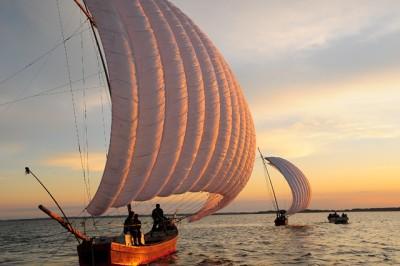 本来は真っ白な帆ですが、夕日を浴びてきれいに染まっています。まさしくシャッターチャンスです!
