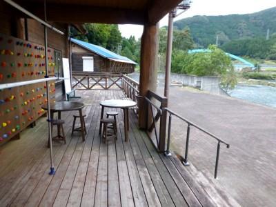 新たに艇庫に設けられた休憩スペース。机と椅子、手すりの設置により、障害のある方やお年寄りも気軽に立ち寄れるようになりました