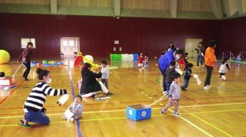 海洋センター体育館でのびのびと遊ぶ子供たち(わんぱくデーにて)