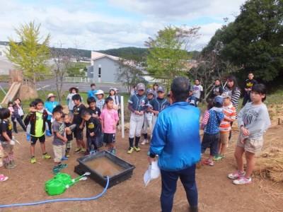 植樹祭に集まったのは、市内でスポーツ(剣道・野球・レスリング等)に親しむ親子約50名