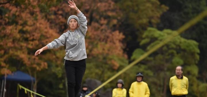 スラックラインはベルト状のラインの上を歩いたり飛んだりする綱渡りスポーツ。今回は日本記録へのチャレンジも行われました