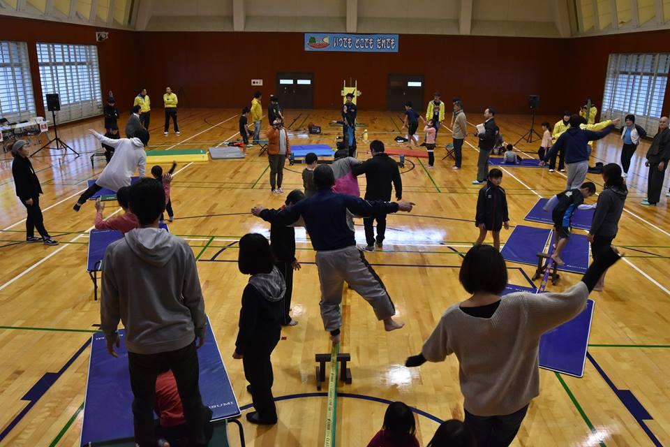 初開催となった今回の「スラックラインフェスタ」には、幼児から68歳の方まで約30名が参加して綱渡りのスポーツにチャレンジしました