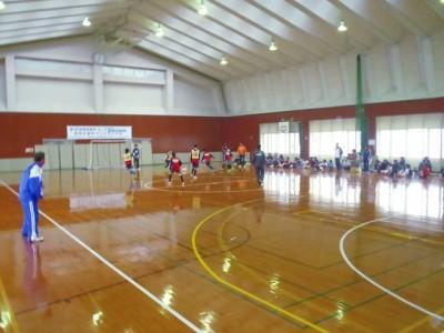 シュートしたボールがゴールを外すと周囲の壁を傷めることから、体育館でのフットサルは敬遠されがちですが・・・