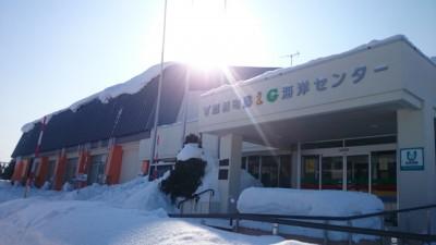 体育館の入口付近も雪が…