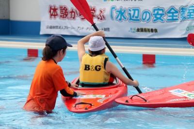 プールでカヌーの基本やセルフレスキューを学ぶ子