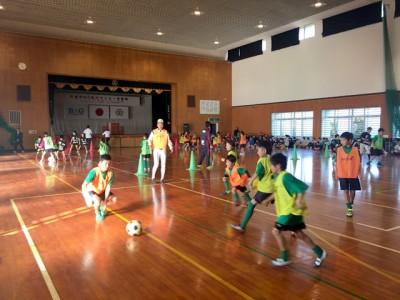 子供たちは仲良くサッカーを楽しんでいました