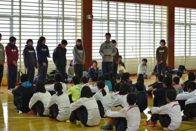 講師の皆さんの自己紹介と教室の内容を説明中。子供たちは緊張した面持ちで聞いています