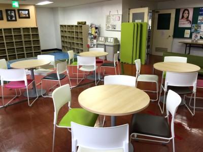 改修したロビーに置かれたテーブルとイス。 地域の方々の憩いの場として利用してもらっています