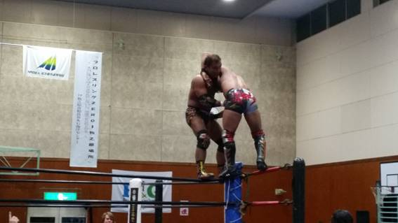 トップロープからブレーンバスターを掛ける田中将斗選手