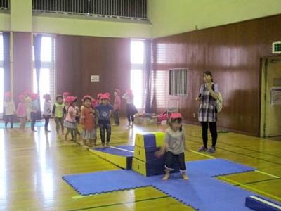 運動遊具を一周並べてサーキットトレーニングのように、飛んだり跳ねたり、バランスを取ったり。でも就学児には簡単なよう