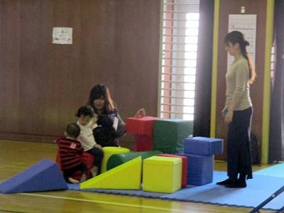 未就学児はママと一緒に、ブロックマットに夢中