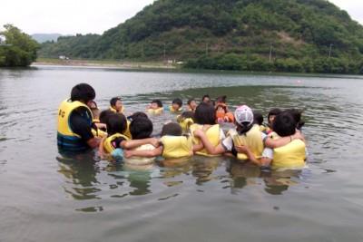ライフジャケット浮遊体験で水辺の安全教室を行った