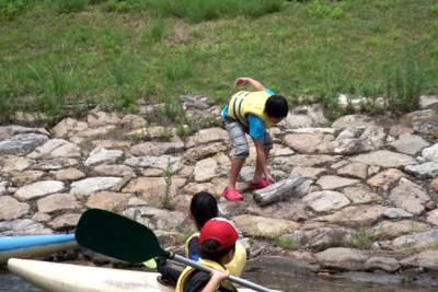 クリーンフェスティバルで活動する水面のゴミ拾い