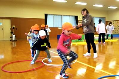 移動遊び(4歳児)、音楽に合わせてケンケンパ、カンガルー跳び、ジグザグ跳び、くまさん歩きを行います