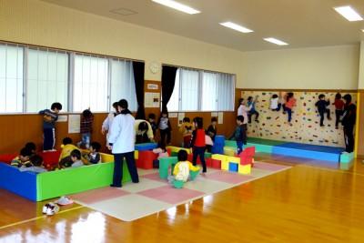 自由遊び「チャイルドスペースで遊ぶ」(5歳児)。奥にあるのはボルダリング