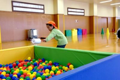 4歳児「玉入れ競争」、コンテナに入っているボールを入れ物ですくって、ボールプールに入れます
