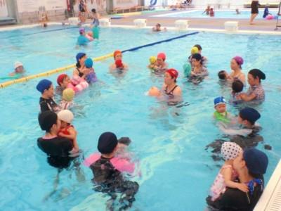 昨年(平成28年)8月に2回開かれた「ベビーといっしょにアクアビクス」の様子。0歳児から入水できるプールが特徴で、水の特性を生かして、乳幼児の体の発育・発達をサポートする。親子で参加し水の中で一緒に遊んだり、体を動かしたりしながら楽しくスキンシップ