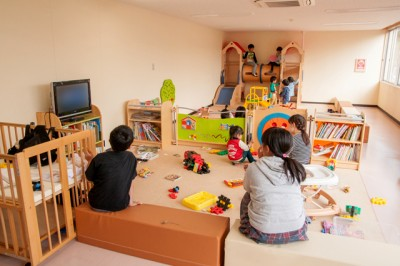 奥にある大型遊具、幼児用滑り台で遊ぶ