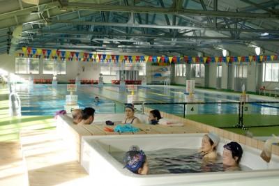 プールに浴槽を設置しコミュニティ形成が図られている