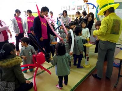 園児&保護者でバルーンアート体験、園児は顔を強ばらせながらバルーンをねじねじ