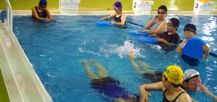 水泳教室でレッスンに熱