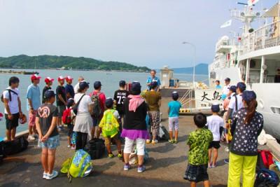開講式、これから大島商船高等専門学校「大島丸」に体験乗船