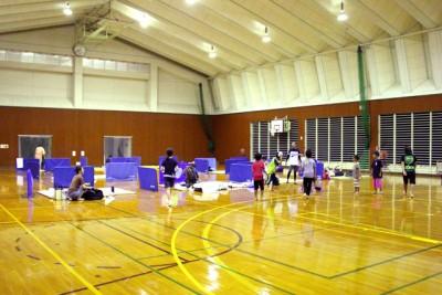 コミュニティ付加改修事業で畳を活用した体育館泊で、災害時の避難所体験