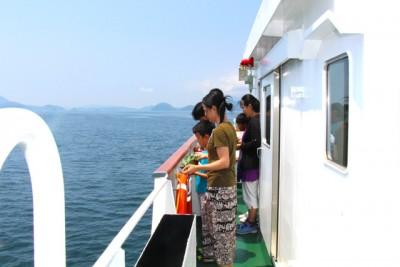 7月21日、戦艦「陸奥」犠牲者の冥福を祈り、参加者で献花を行った