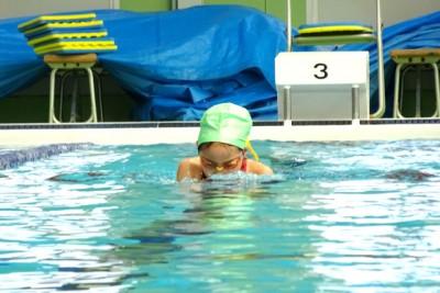 1レース目は個人メドレー200m、出場選手は小学3年女子ひとり。さすがの泳ぎで泳ぎ切る