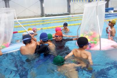 水中玉入れ、水に慣れていない子供も楽しんだ