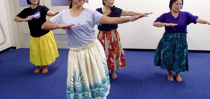 フラダンス練習中。ゆったりとした動きにとても癒やされる