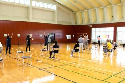 サロンの前には、体育館でスポーツ吹矢教室。静かに真剣に取り組んでいる