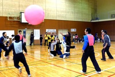 キンボール体験教室、「岡山県キンボールスポーツ連盟」の指導で巨大ボールに慣れた後、ゲーム形式で実践。矢掛町スポーツ少年団指導者・育成会研修会も同時に開催 ※キンボールは 直径122cm、重さは約1kgのボール。4人1組の3チームで、コート内でヒット(サーブ)やレシーブを繰り返す球技