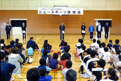 開会式であいさつする矢掛町の山野通彦町長(中央)